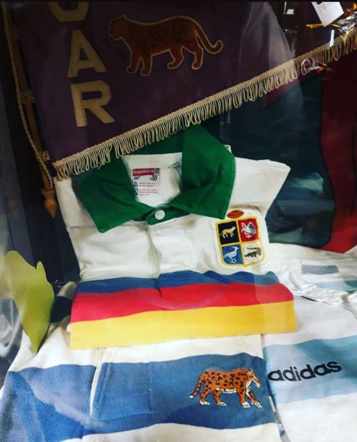 La camiseta, de una marca sudafricana, está en el museo del estadio Ellis Park, en Johannesburgo.