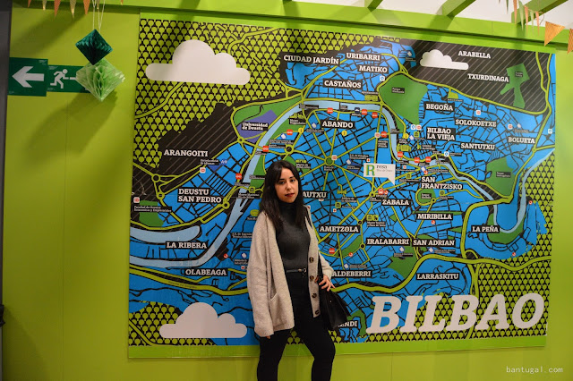 Ane con el mapa de Bilbao de la residencia Resa que esta en Las cortes