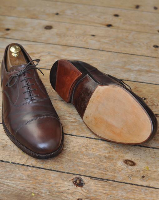45cd53187b9 Der er gået et par uger, og skoene er tilbage fra skomageren. Han har  skåret sålen af ved svangen og sat en ny på.