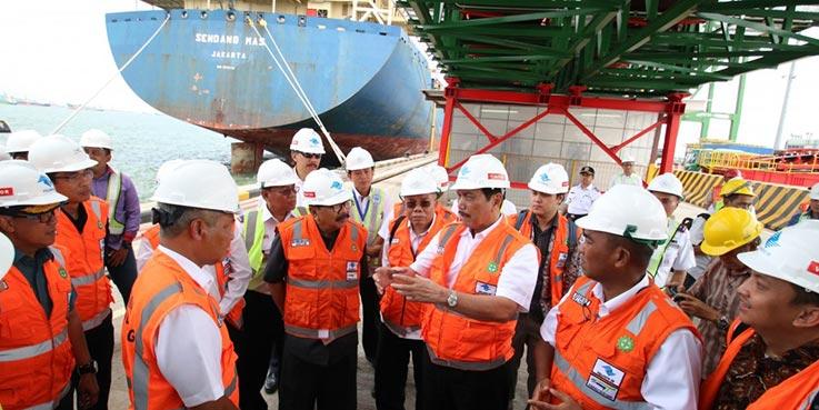 Menko Kemaritiman, Luhut Binsar Panjaitan saat melakukan dialog di Pelabuhan Teluk Lamong.