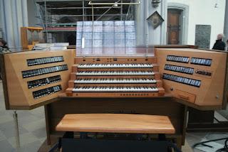 Man sieht den Platz, den der Organist während der Gottesdienste einnimmt.