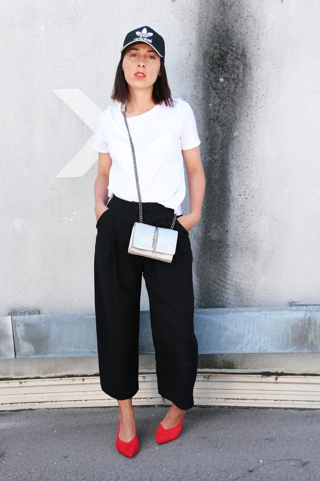idée-de-look-été-casquette-adidas-jupe-culotte-escarpins-rouge