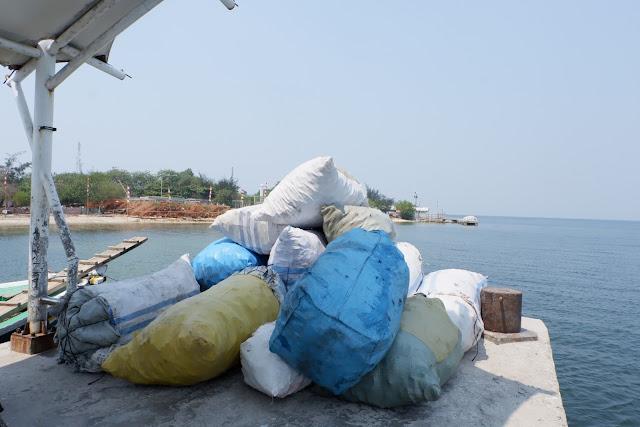 sampah botol plastik siap dikirim ke daratan untuk diolah menjadi produk fashion