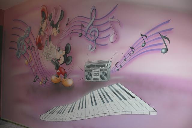 Aranżacja pokoju dziewczynki, malowanie obrazu na ścianie myszki Micki w krakowie