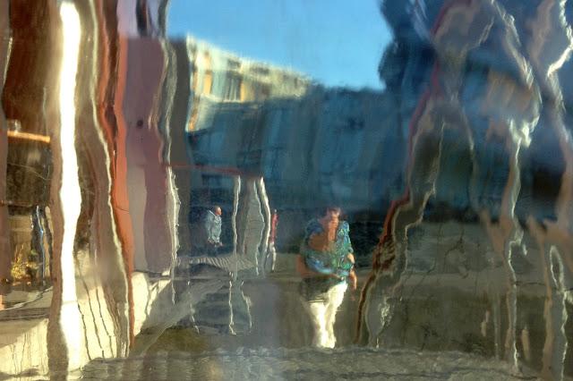 Foto door glas zorgt voor bijzondere vervreemd beeld