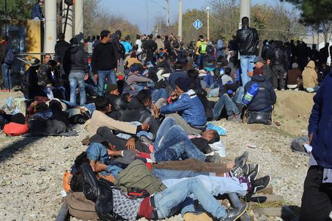 Οι Σκοπιανοί ζητούν 700 ευρώ ανά οικογένεια για να περάσει τα σύνορα στην Ειδομένη