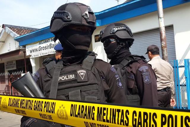 Sejumlah anggota Brimob Polda Jatim saat mengamankan penggeledahan rumah pelaku terduga teroris di Singosari, Kabupaten Malang oleh Densus 88, Senin (19/6/2017)(KOMPAS.com / Andi Hartik)