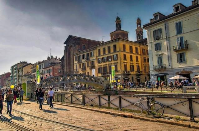 Pessoas caminhando pelo bairro Navigli