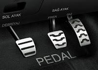 Otomobil debriyaj, fren, gaz ve pedalları ve hangi ayakla basılacağının gösterimi
