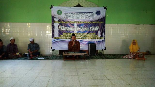 Ketua Kaprodi Tadris IPS, Amin Nashir saat membuka acara Khataman Al-Qur'an Lima Kali di Mushola Kampus Barat STAIN Kudus.