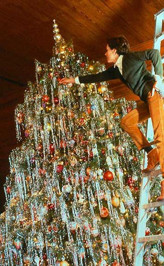 Preparing for christmas 37 lovely vintage photos show How to decorate a christmas tree without tinsel