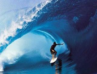 Foto de joven surfeando olas muy altas