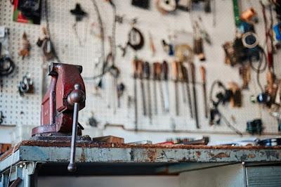 Regały metalowe jako przykład klasycznych mebli warsztatowych