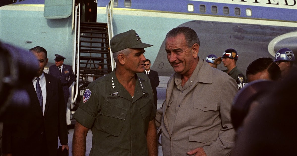O presidente Johnson com o general William Westmoreland no Vietnã do Sul em 1967