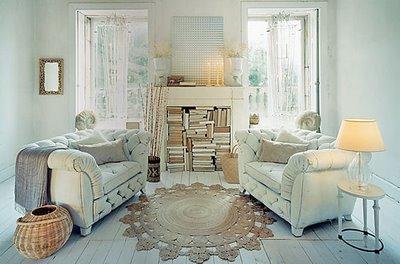 saln en tonos claros como mobiliario antiguo y decoracin moderna