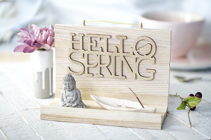 """Holzablage mit dem Schriftzug """"Hallo Spring"""""""
