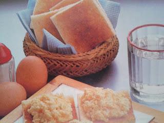 Huevo revuelto sobre pan