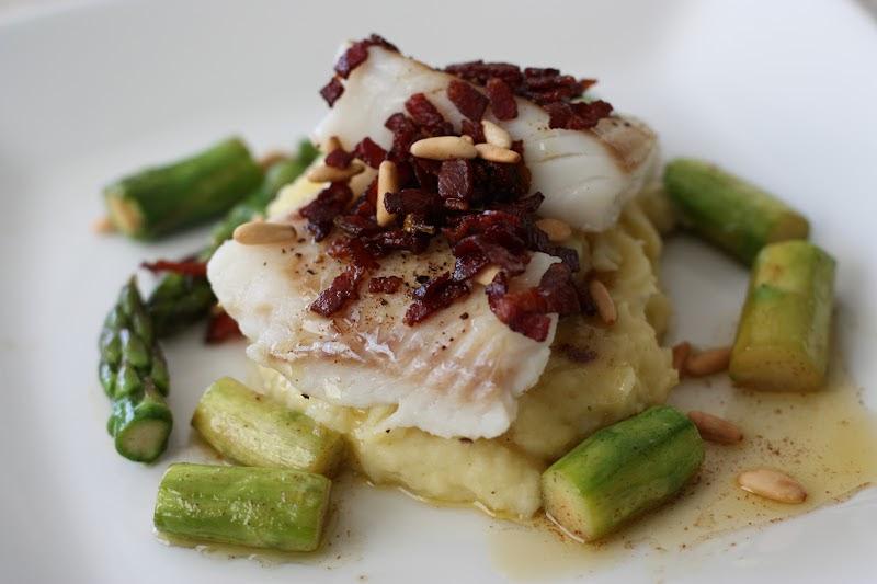 Monas Kjøkkenskriverier: Ovnsbakt torsk med bacon, pinjekjerner og smørstekte asparges