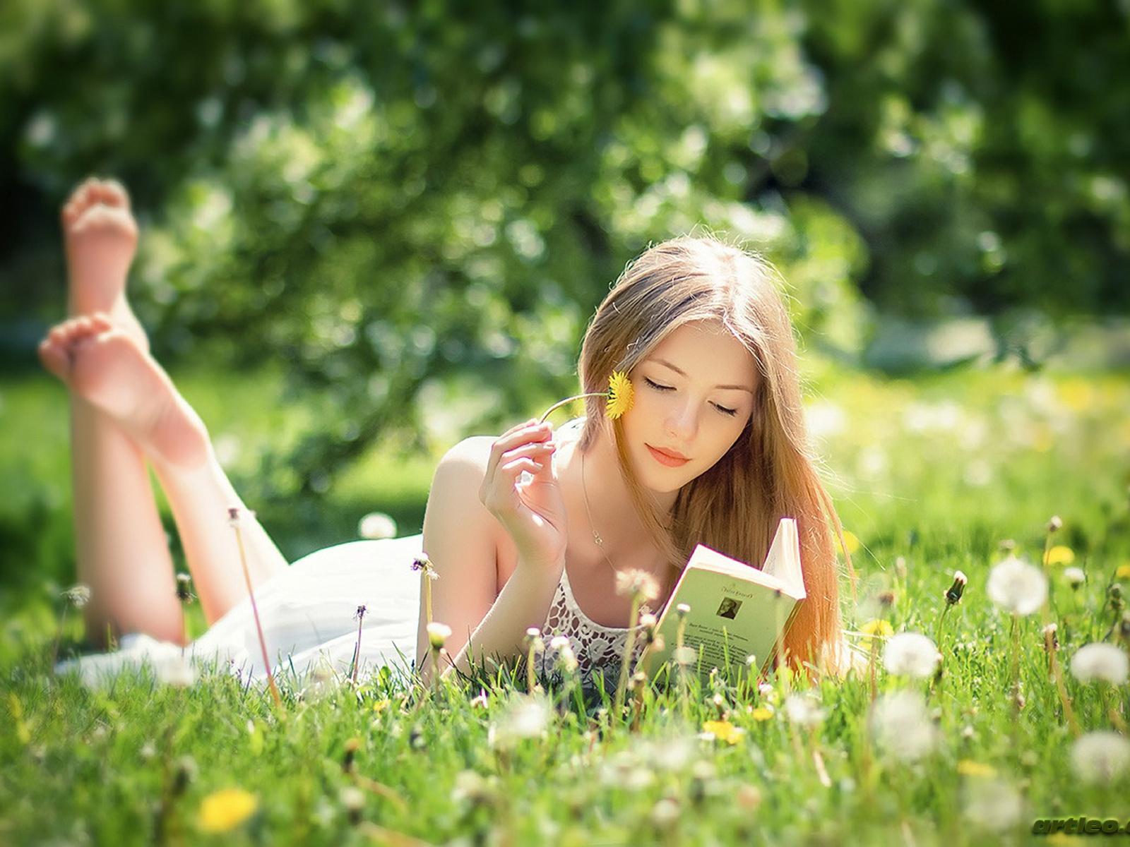 Resultado de imagen para mujer leyendo en el campo