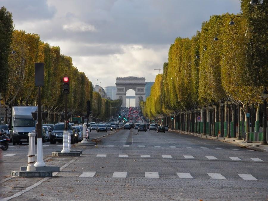 Campos Elíseos, París, con el Arco del Triunfo al fondo.
