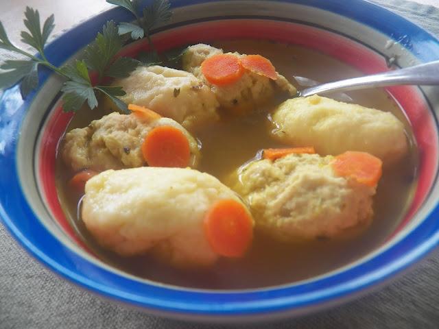 Klar suppe med melboller og kødballer