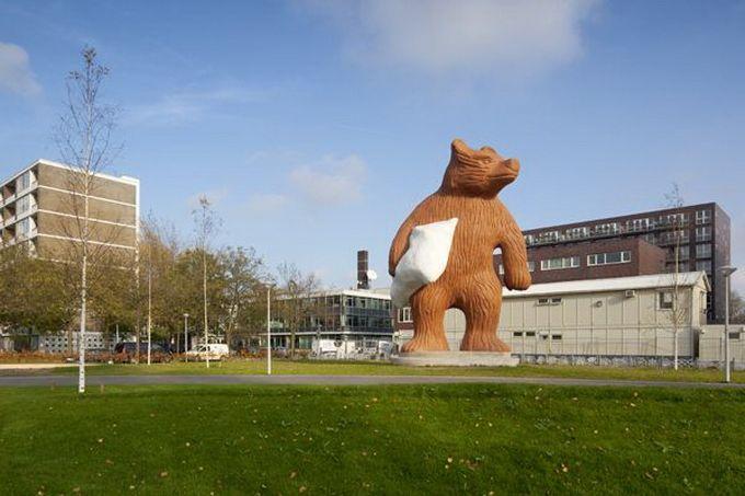 Escultura gigante de oso