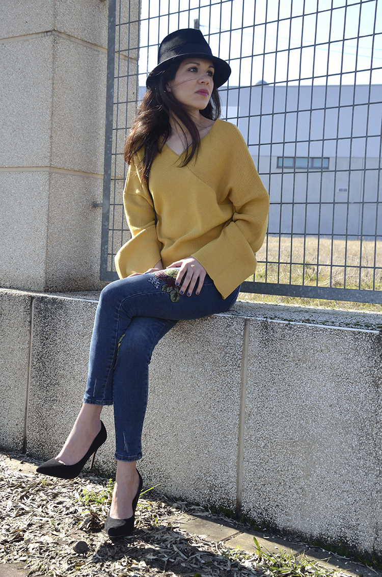 look-bloger-trends-gallery-looks-sweater-mostaza-stilettos-jeans-bordados-fashion-moda