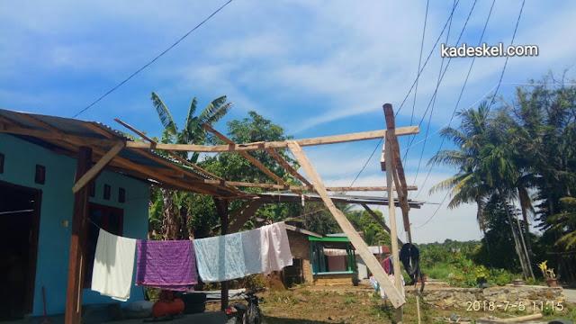 Atap teras rumah Jonni Sinaga yang terbang dihantam angin puting beliung