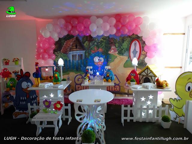 Decoração da Galinha Pintadinha em mesa provençal para festa infantil.