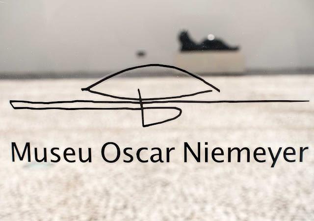 O logotipo do Museu Oscar Niemeyer