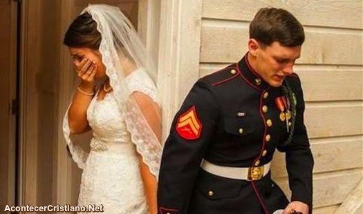 Novios orando juntos antes de la boda