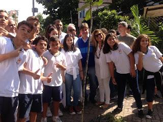 Crianças de escolas publicas e privadas fazendo replantio em Ipanema