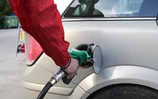 «Φούλαρε» το αυτοκίνητο με βενζίνη και την κοπάνησε