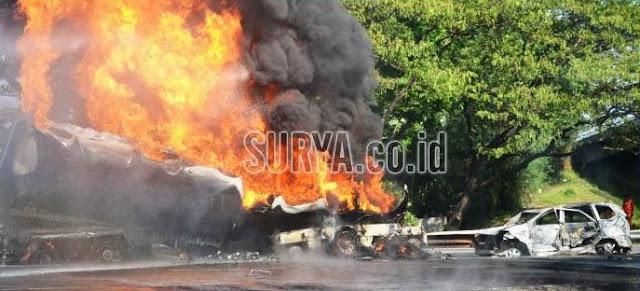 Terjebak Dalam Kobaran Api, Pria Di Dalam Mobil Ini Berteriak 'Allahu Akbar'