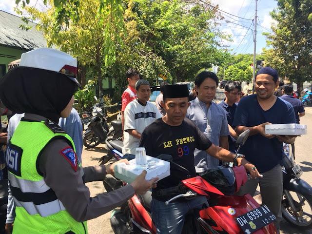 Lalu Lintas Masuki Usia Ke-63, Polisi Cantik Intensifkan PAM Shalat Jumat dan Bagikan Makanan