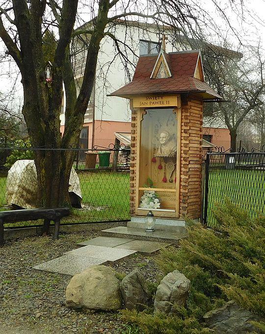 Kapliczka Świętego Jana Pawła II w Łękawicy.