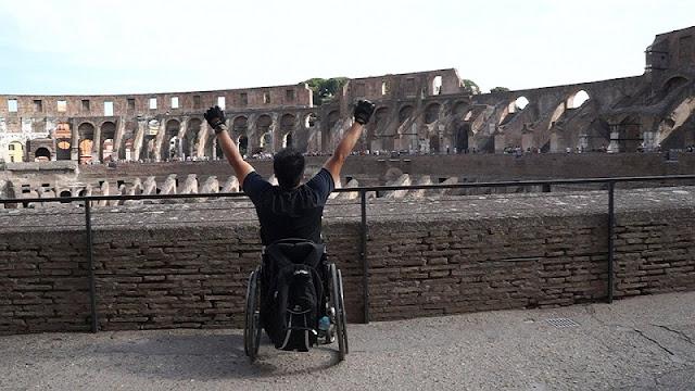 Deficiente físico no Coliseu em Roma