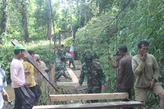 Hubungkan Dua Desa, TNI Perbaiki Jembatan Gantung di Panga