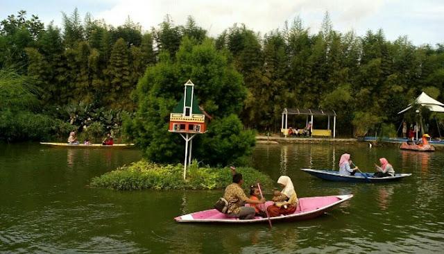Naik perahu di kampoeng tulip