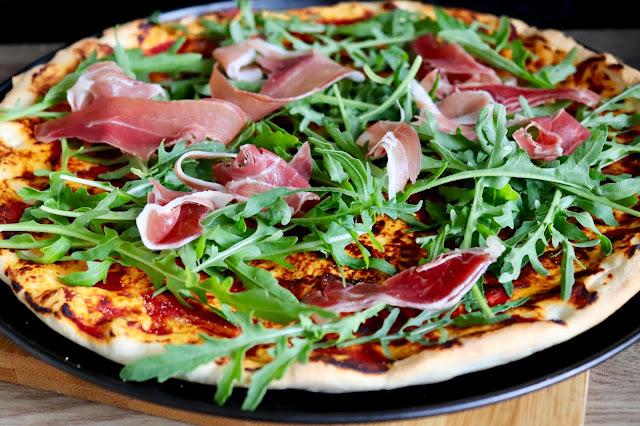 pizza z rukolą i szynką