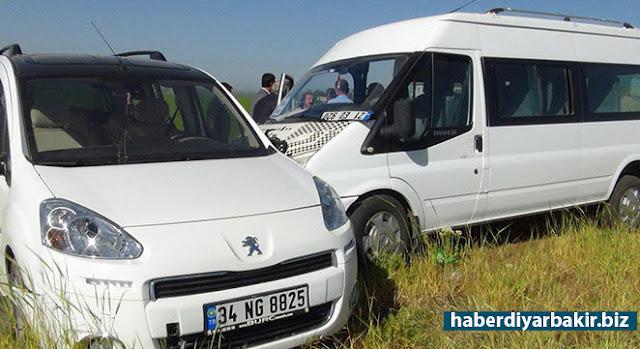 DİYARBAKIR-Çınar ilçe merkezine yaklaşık 5 kilometre uzaklıkta bulunan Beşpınar Mahallesi yakınlarında öğrenci servisi ile hafif ticari aracın çarpışması sonucu 4 kişi yaralandı.