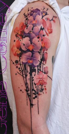 Incrível floral gotejamento inspirado manga da tatuagem. As flores são marcadas em aquarela estilo que se enquadra no âmbito artístico olhando pingando hastes abaixo.
