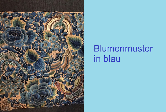 Blumenmotiv in Blau gestickt