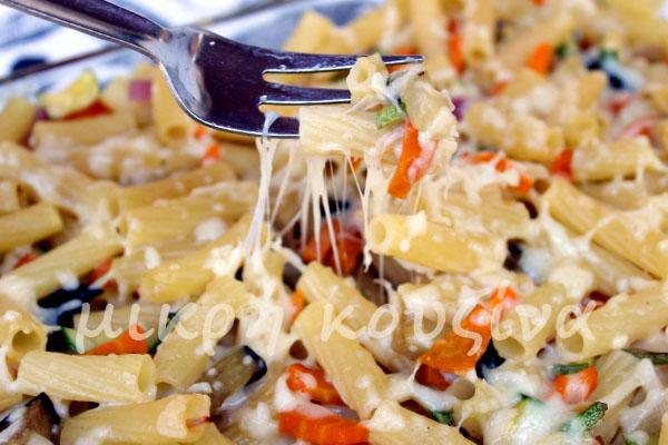 Ζυμαρικά με καλοκαιρινά λαχανικά και τυρί στον φούρνο