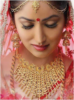 The Bengalis are very artistic and hence the brides are decorated with lovely ornaments and showered with gifts and sarees.