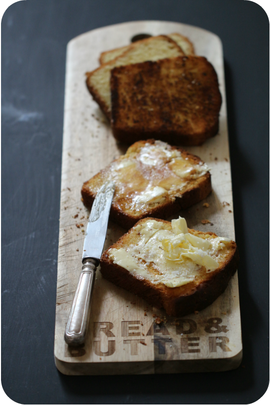 Brioche aufgeschnitten und getoastet mit Butter, Salz und Honig auf Räder-Holzbrett | Arthurs Tochter kocht von Astrid Paul