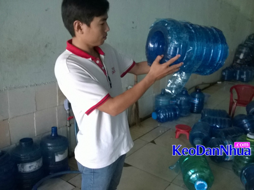 KHOI-NGHIEP-kinh-doanh-it-von-cung-keo-dan-vo-binh-nuoc-nhua-PET-21-lit