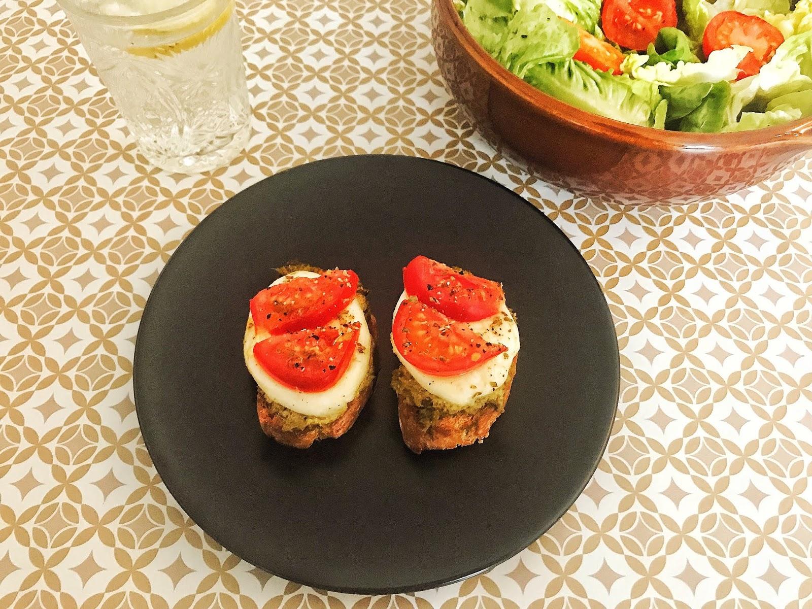 bruschetta pesto tomates mozzarella