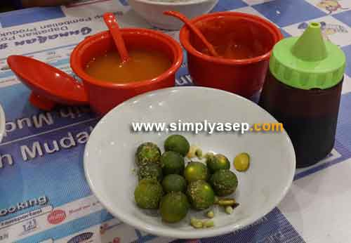 LENGKAP : Sudah tersedia sambel, saos sambal, kecap dan jeruk tersaji dimeja,  Pelanggan bebas memakainya.  Ini juga nilai tambahan untuk kedai ini. Foto Asep Haryono