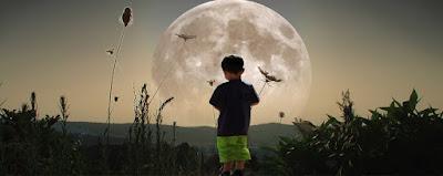 Παιδί που στέκεται σε χωράφι, κοιτάζει το φεγγάρι. Ακολουθεί το κείμενο: Καθότουν ἕνας γέροντας τυφλὸς στὴν ἄκρη τῆς αὐλῆς του κ' ἔλεγε τῆς ἀτάρακτης νυκτὸς τὰ πάθη τῆς ψυχῆς του.    Τοῦ φεγγαριοῦ ἡ ἀχτίνα μυστικὴ ἐσκέπαζε τὴ φύση καὶ σιγά, σὰν τοῦ γέρου τὴ φωνὴ μουρμούριζε μιὰ βρύση.    Κι ἐγώ, μέσα στῆς νιότης τὸν ἀνθὸ π' ἔλαμπε ἡ φύση ἐμπρός μου τὴν εὐτυχία πεθύμησα νὰ βρῶ καὶ τὲς χαρὲς τοῦ κόσμου.